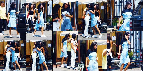 -09/08/2018- ─ Kendall Jenner a été aperçue, alors, qu'elle quittait un restaurant après avoir déjeuner dans Los Angeles !C'est donc à la fin de son déjeuner que la belle a croisé quelques amis pour rejoindre sa voiture... Concernant sa tenue, c'est un jolie top, pour ma part !