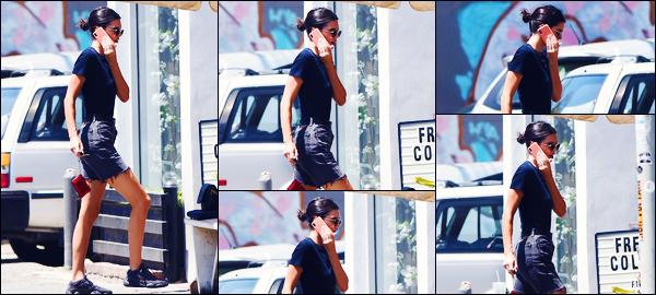 -15/08/2018- ─ Kendall Jenner a été photographiée alors qu'elle arrivait au restaurant « Alfred's », dans West Hollywood.La belle mannequin qui est de retour de vacances a été photographiée en train de rejoindre quelques amis ! Concernant sa tenue, c'est un top pour moi !