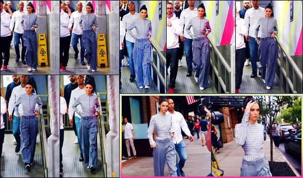 -11/10/2018- ─ Kendall Jenner  a été photographiée, alors, qu'elle se rendait à l'événement de « Vogue » - dans New-York.La magnifique mannequin Kendall a été photographiée également dans les rues de la grande ville. Concernant sa tenue, c'est un très jolie top de ma part