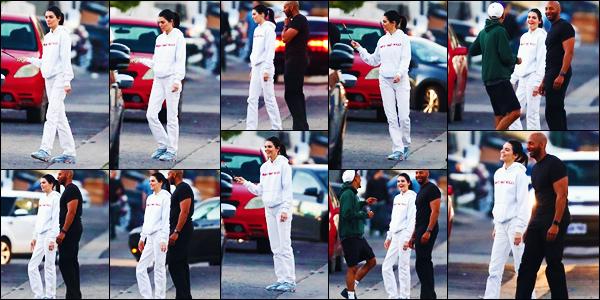 -16/03/2019- ─ Kendall Jenner a été photographiée, alors, qu'elle se promenait dans les rues, dans la ville de Los Angeles.La belle mannequin était en compagnie de quelques amis à elle, avec qui elle rigolait apparemment... Concernant sa tenue, c'est un jolie top de ma part !