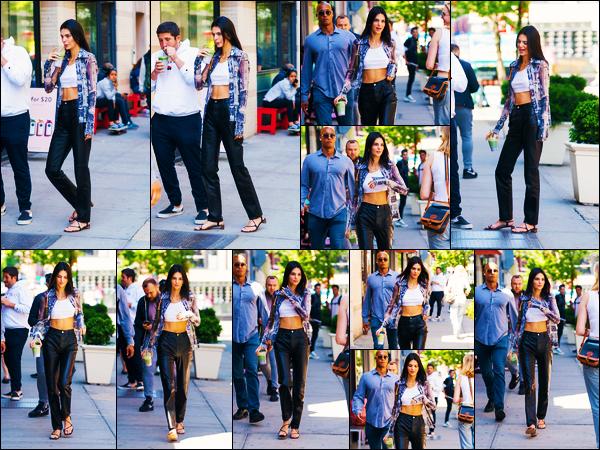 -09/05/2019- ─ Kendall Jenner a été photographiée alors qu'elle quittait un café avec des amis étant dans New-York City.La belle mannequin est sortie avec une boisson à la main et très souriante, ça fais plaisir ! Concernant la tenue de celle-ci, c'est un beau top de ma part !