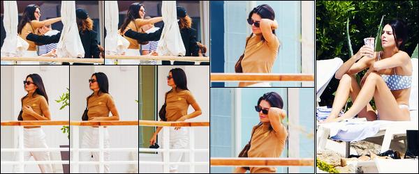 -23/05/2019- ─ Kendall Jenner a été photographiée alors qu'elle était à son hôtel « Eden Roc Hotel » se situant à Cannes !La belle mannequin Kendall a ensuite été photographiée se relaxant encore une fois à son hôtel... Concernant sa tenue, c'est un jolie top, pour ma part !