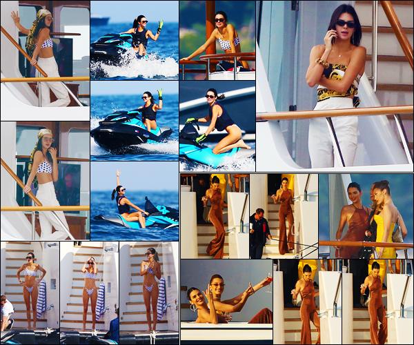 -25/05/2019- ─ Kendall Jenner a été photographiée alors qu'elle était sur un yacht avec sa famille étant dans Monaco, FR.Un peu plus tard, c'est en compagnie de son amie, Bella Hadid, que la mannequin a été photographiée sur un yacht ! Concernant ses tenues, des tops !
