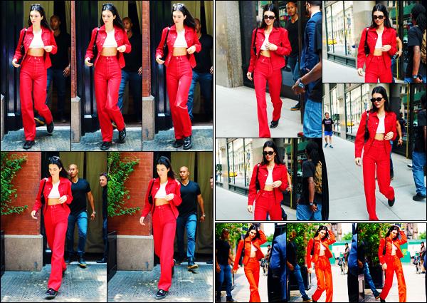 -01/06/2019- ─ Kendall Jenner a été photographiée alors qu'elle se promenait dans les rues de la ville de - New-York City.C'est en ce début de mois de Juin que la belle mannequin a déambuler dans les rues de New-York ! Concernant sa tenue, c'est un jolie top, de ma part !