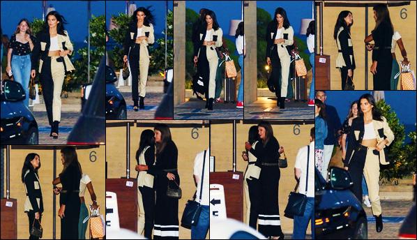 -08/08/2019- ─ Kendall Jenner a été photographiée, alors, qu'elle quittait le restaurant « Nobu » se situant dans - Malibu.La belle mannequin Kendall était en compagnie de Caitlyn Jenner ce soir-là à la sortie du restaurant ! Concernant sa tenue, c'est un beau top de ma part.