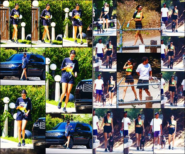 -14/08/2019- ─ Kendall Jenner a été photographiée alors qu'elle se promenait dans les rues de la ville dans - Beverly Hills.La belle mannequin Kendall J. a ensuite été photographiée promenant ses chiens dans Los Angeles ! Concernant sa tenue, c'est un beau top de ma part !