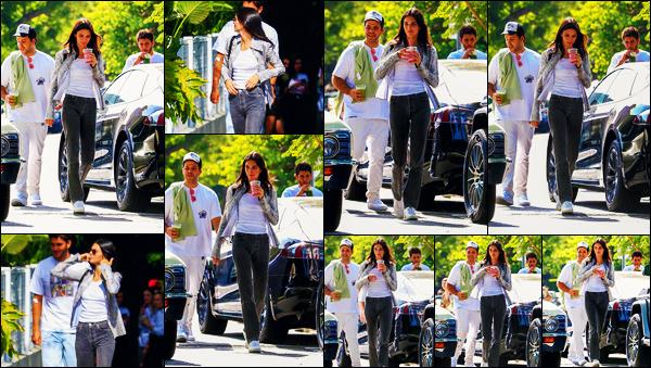 -22/08/2019- ─ Kendall Jenner a été photographiée alors qu'elle quittait le « CHa Cha Matcha », étant, à West Hollywood.La belle mannequin K. était en compagnie de quelques amis pour aller s'acheter à boire ! Concernant la tenue de celle-ci, c'est un gros flop, de ma part !