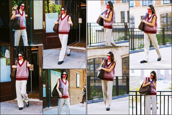 '-11/09/21-' • Kendall Jenner a été photographiée alors qu'elle quittait son hôtel dans les rues de New-York C. Par la suite, c'est seule que nous retrouvons notre mannequin Kendall dans les rues de la grosse pomme, avec son masque rouge. Un flop