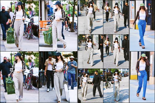 '-12/09/21-' • Kendall Jenner a été photographiée alors qu'elle arrivait à un restaurant, étant, dans New-York. Par la suite, la belle K. a été photographiée se promenant dans les rues de Soho, dans New-York. - Sa tenue est un beau top de ma part !
