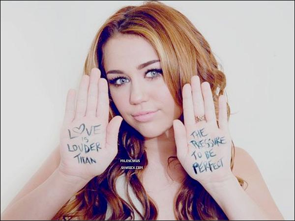 . 27.06.11 - Miley as fait du shopping à Sydney. .   J'aime pas trop sa tenue. & toi qu'en pense-tu ?