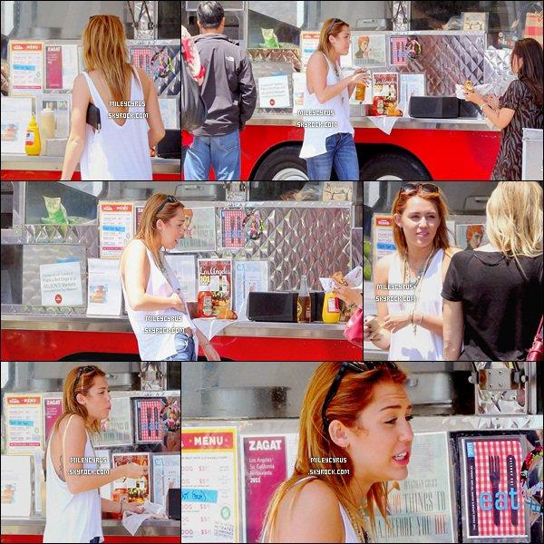 . 13.07.11 - Miley, toute joyeuseas été vu allant acheter de la nourriture à Culver City. .