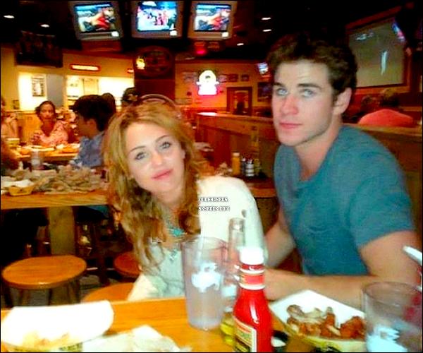 """. 16.07.11 - Miley, accompagné de son petit ami Liam était dans un restaurant dans le Michigan. Miley avait été vu à l'aéroport de L.A, pour une destination inconnue. On sait maintenant, qu'elle as rejoint son petit ami, qui lui est en train de tourner un film là-bas. Par ailleurs, une fan qui a reconnu le couple a pris une photo de Liam et Miley dans un restaurant le « Buffalo Wild Wings » . Miley avait même posté un tweet sur le fait d'être dans les bras de son """" petit-ami """" tweet qu'elle a par la suite supprimé. ."""