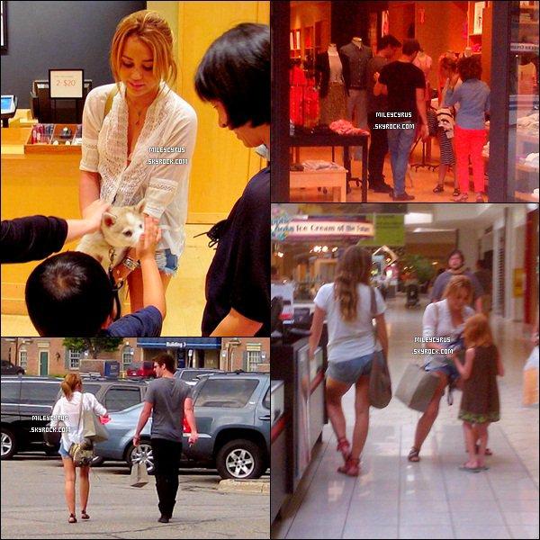 . 28.07.11 - Miley as été apercue accompagnée de Liam faisant  du shopping dans le Michigan. .