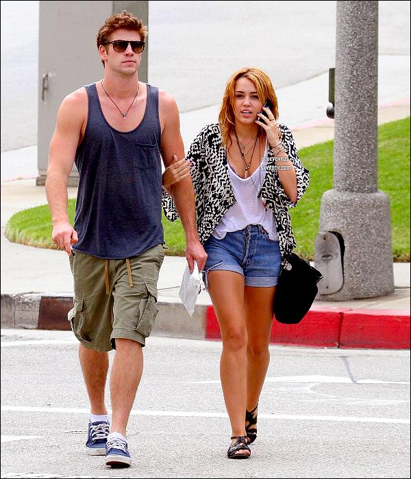 . 07.08.11 - Miley etson petit-ami Liam se promenaient dans les rues deLos Angeles. J'aime bien la tenue de Mil', c'est donc un TOP ! .