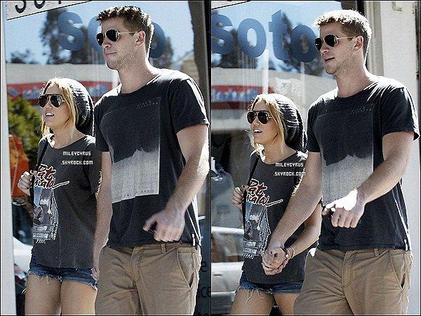 . 21.08.11 - Miley et Liam étaient à la plage à L.A . 22.08.11 - Miley, toujours accompagné de son chéri ont fait un peu de shopping chez LTH Studio pour acheter des bijoux. .