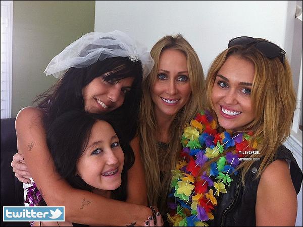 . Twitter- Miley, Noah et sa maman Tish était à l'enterrement de vie de jeune fille de la danseuse & amie de Mil', Jen. Miley est sa demoiselle d'honneur.  .