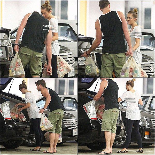 . 05.09.11 - Miley et Liam, faisait les courses chez Ralphs à Studio City en Californie.    .