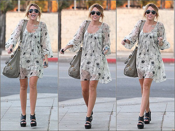.  22.09.10 - Miley, toute souriante allant au studio à Toluca Lake en Californie.    .