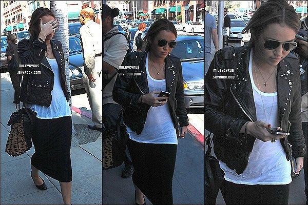 . 17.10.11 - Miley est sortie pour aller chez le medecin. Elle a précisé sur Twitter, que Liam, Floyd et Lila prenait soin d'elle. .