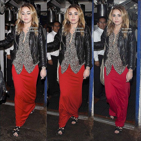 . 28.10.11 - Miley à été aperçu fêtant les 27 ans d'anniversaire de Kelly Osbourne au Little Door, Los Angeles. .