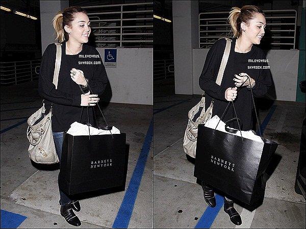 . 01.11.11 - Miley à été vu avec Vijat Mohindra (photographe)  chez Barney's New York à Beverly Hills. .