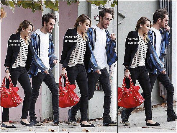 . 04.11.11 -Notre belle Miley, toute souriante à été vu faisant du shopping en compagnie de ses amis àBest Buy, à Hollywood. Que pense tu de sa tenue ? Et de sa coiffure ? Top ou Flop ? .