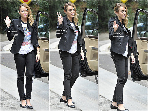 . 01.11.11 - Miley à été vu avec Cheyne Thomas, au studio à Los Angeles. .