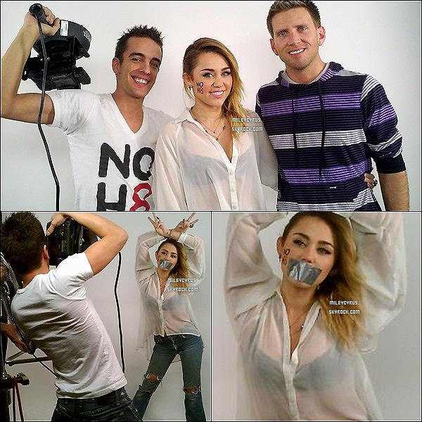 .  Miley a posé  pour un photoshoot pour la campagne NOH8. Voici deux photos des coulisses du shoot. .