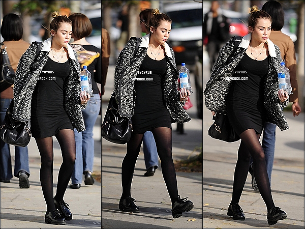 . 30.11.11 - Miley à fait un petit shopping nocturne chez Maxfied à Beverly Hills. .