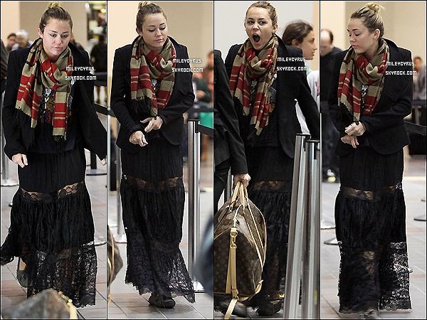 . 30.12.11 - Miley, est arrivée àl'aéroportde LAX. .