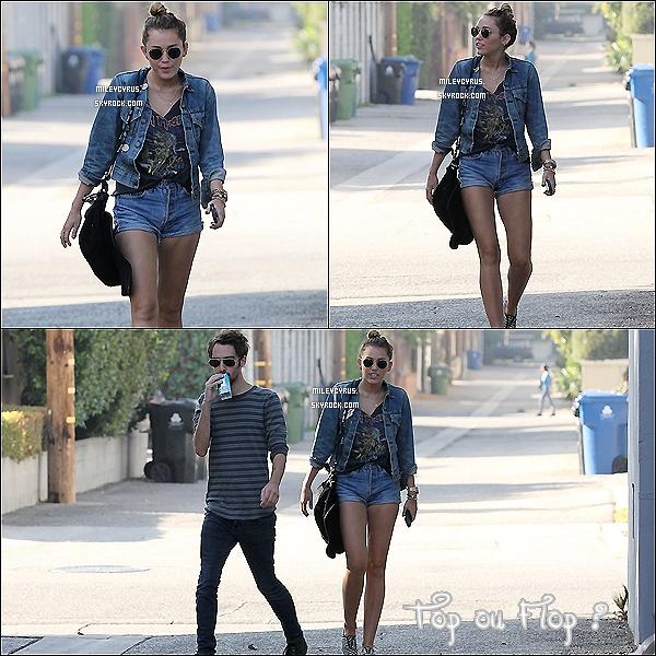 . 06.01.12 - Miley, et son BFF Cheyne Thomas ont été vu dans Studio City. .