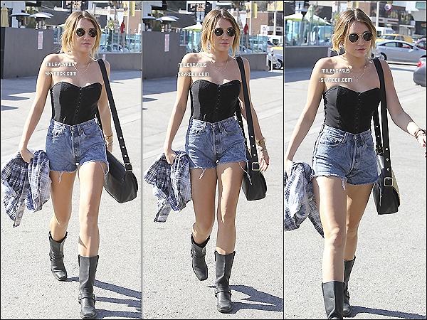 . Mileysur le plateau deELLEN DEGENERES SHOW. .