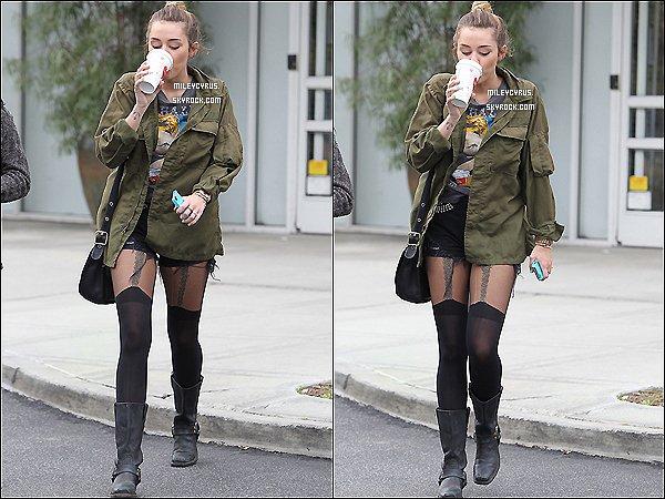 . 06/02/12 - Miley Cyrus a été vu avec son téléphone dans la belle ville de Toluca Lake. T'aimes ? .