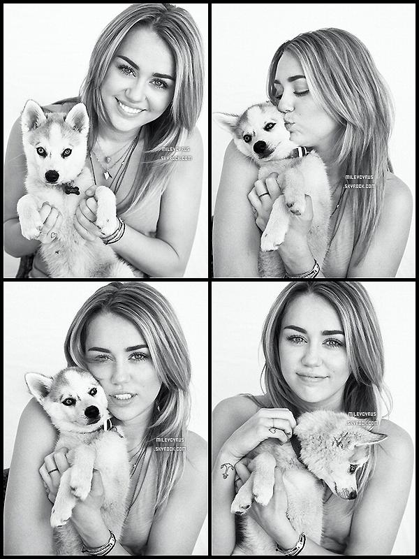 . 09/02/12 - Miley faisant du shopping avec une amie à Los Angeles. .