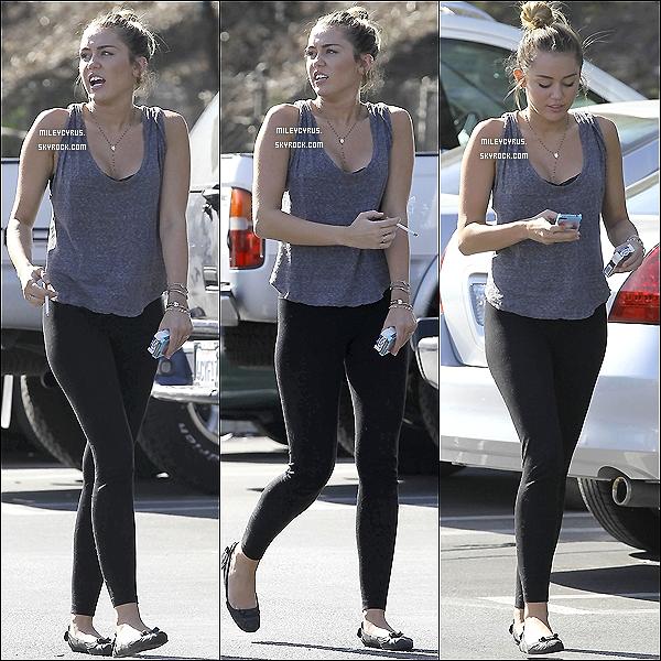 . 10/03/12 - Miley sortant de son cours habituel de pilates à West Hollywood puis allant déjeuner avec des amis à Toluca Lake. Miley porte les mêmes vêtements que sa sortie du 29. Et oui Miley fume toujours, la preuve. .