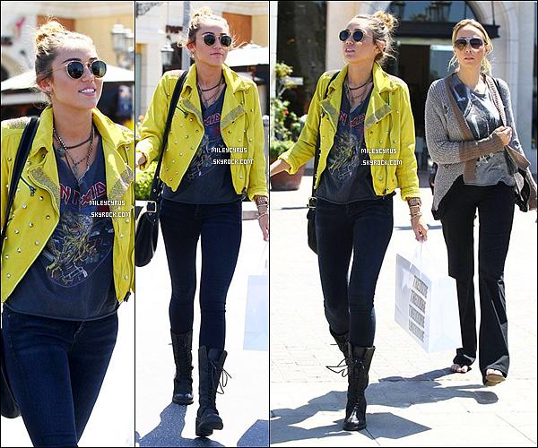 . 10/04/12 - Miley & sa mère, Tish faisant du shopping à Calabassas, en Californie. .