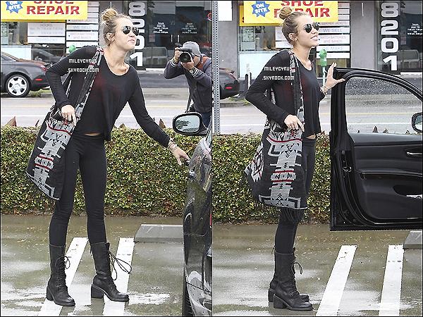 . 13/04/12 - Miley a été vu arrivant & quittant son cours de pilates à Hollywood. .