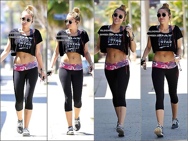 . 21/04/12 - Miley promenant Floyd dans Los Angeles. .