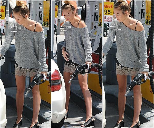 . 22/04/12 - Miley a été vu mettant de l'essence à Studio City. Pour sa tenue, je lui met un flop, j'aime pas du tout. Son pull est sympa, mais ses chaussures de mémé et la robe en dessous, beurk. Et toi que pense-tu de sa tenue ? .