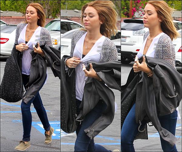. 26/04/12 - Miley et sa mère ont étaient vues se rendant à l'hôpital.. Miley est retournée à l'hôpital pour son doigt , on peut voir qu'elle ressort avec une atèle.  .