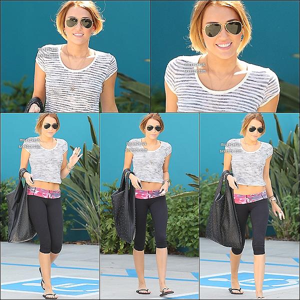 . 27/04/12 - Miley, souriante sortant son cours de pilates. .