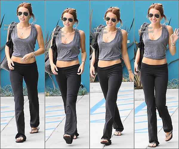 . 28/04/2012 - Miley faisant du shopping avec une amie dans Los Angeles. .