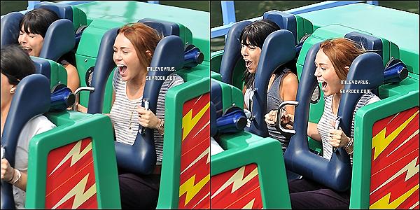 . 04/05/2012 - Miley à été vu avec des amis à Disneyland à Anaheim, en Californie.  RUMEUR : Miley pourrait être jury à X-Factor. .