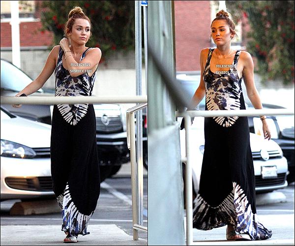 . 07/05/2012 - Miley allant acheter son déjeuner chez Hugo's à Studio City, CA .