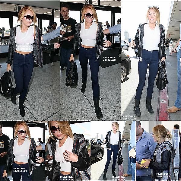 . 06/06/2012 - Miley allée faire quelques achats chezBarneys.Puiselle s'est rendue àMalibuavec sa mère pour poser pourun nouveau photoshootpourMarie-Claireoù elle sera en couverture enSeptembre.