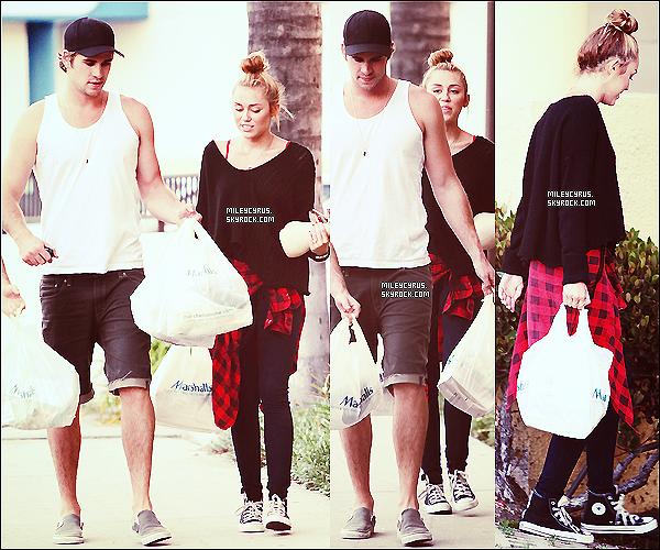""". 02/07/2012 - Miley, Liam, et un ami ayant fait du shopping dans le magasin """"Marshalls""""  ."""