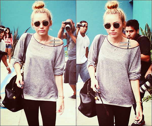 . 12/07/2012 - Miley sortant de son cours de pilates avec un tas de paparazzis collés à elle à West Hollywood.  .