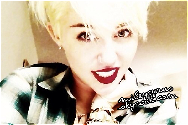 . 17/08/12 - Miley , à été vue dans sa voiture blanche, à Philadelphia !      .
