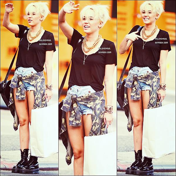 . 23/08/12 - Miley à été faire du shopping avec des amis dans New-York City !   Tu veux le même tee-shirt ? Le même short ? Les même chaussures ? (ce n'est pas exactement les mêmes) .