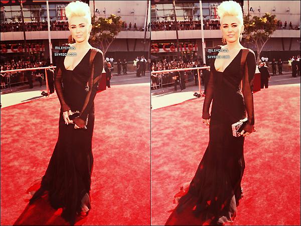 . 02/09/12 -Notre magnifique Miley à été vue au MTV Video Music Awards à Los Angeles. T'aimes ? Je trouve que Miley est vraiment très belle avec cette tenue absolument sublime, perso' elle mérite un top ! Dis ton avis ! .